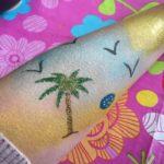 Glittertattoo palmboom op het strand met schmink